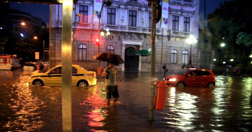 29.fev.2016 - Uma forte chuva fez com que diversos pontos do Rio de Janeiro, como o bairro do Catete, ficassem alagados, prejudicando o trânsito tanto de veículos quanto de pedestres. O atraso não foi só para os carros, quem precisava viajar de avião também sofreu, pois a chuva interrompeu os voos no aeroporto Santos Dumont