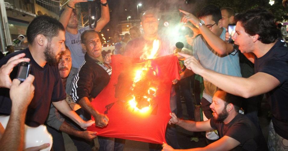 16.mar.2016 - Manifestantes queimam camiseta com rosto de Che Guevara durante protesto contra Dilma Rousseff (PT) e Lula (PT) em Campinas, no interior de São Paulo