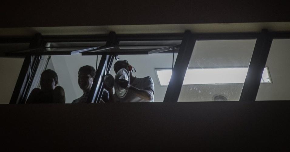 22.mar.2016 - Moradores do bairro de Perdizes, zona oeste de São Paulo, batem panelas nas janelas dos apartamentos em resposta ao ato dos estudantes da PUC-SP contra a ação truculenta da PM na univerisdade na noite anteior