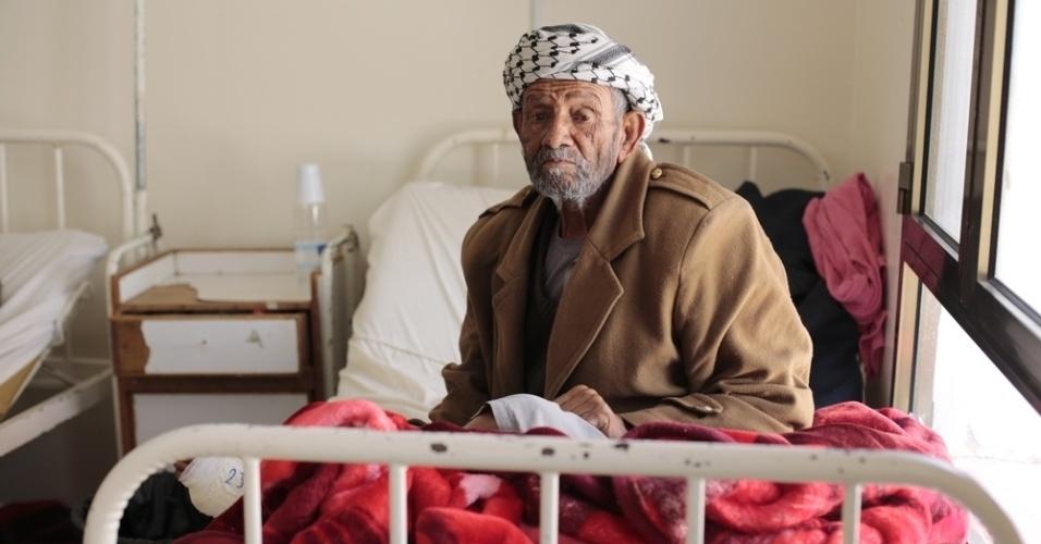 26.mar.2016 - Um homem se recupera de cirurgia em um hospital dirigido pelo MSF (Médicos Sem Fronteiras), em Amran, no Iêmen. Muitos iemenitas buscaram refúgio em Amran, no norte do Iêmen, ainda relativamente segura, fugindo dos bombardeios da coalizão árabe contra os houthis, que tiveram início há exatamente um ano. Segundo os rebeldes, os ataques já mataram quase 9.000 pessoas no país