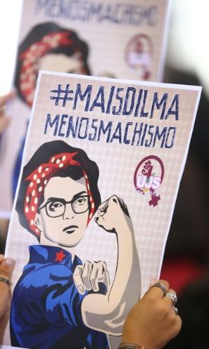 7.abr.2016 - Participantes exibem cartazes pró-democracia e em favor da presidente Dilma Rousseff durante o Encontro com Mulheres em Defesa da Democracia realizado no Palácio do Planalto, em Brasília (DF)