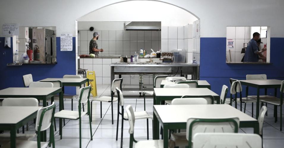 20.abr.2016 - Na cozinha do Colégio Estadual Amaro Cavalcanti, na zona sul do Rio, os estudantes dizem que encontraram diversos alimentos estragados no freezer. Alunos e professores afirmam que o refeitório está mais limpo após a ocupação