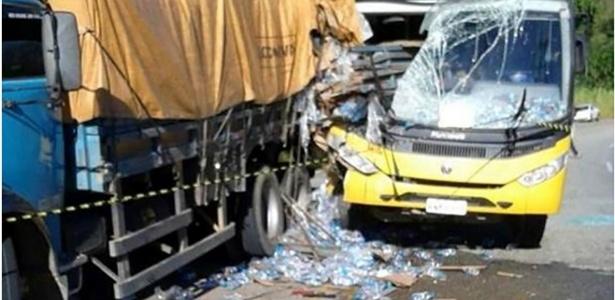 Parte da carreta entrou na lateral direita do ônibus