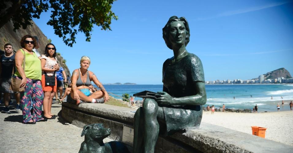 16.mai.2016 - A escritora Clarice Lispector (1920 - 1977) ganhou uma estátua no bairro do Leme, na zona sul do Rio. Clarice morou no bairro por 12 anos