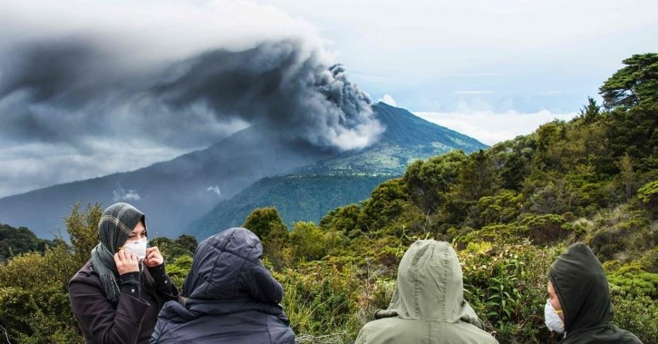 21.mai.2016 - O vulcão Turrialba expele cinzas no céu de Cartago, na Costa Rica. No ano passado, o vulcão expeliu uma coluna de gás e cinzas de um quilômetro de altura, na erupção mais poderosa em quase duas décadas. Desde então, autoridades acompanham o Turrialba com cautela