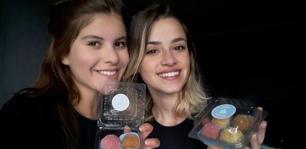 """Helena Mercer (esq).e Luiza Campos com doces vendidos na campanha """"Dudu é o meu herói"""""""