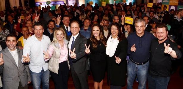 Maria Victória Borghetti Barros (ao centro, de vestido preto) aparece ao lado do pai, Ricardo Barros, em lançamento de candidatura à Prefeitura de Curitiba
