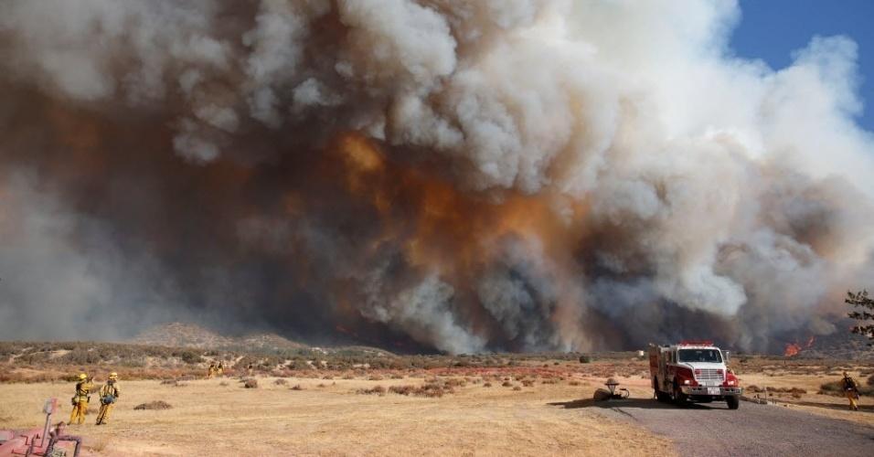 8.ago.2016 - Bombeiros observam a aproximação do fogo em um incêndio florestal na Califórnia (EUA). O fogo consumiu cerca de 1.500 acres. Estradas foram interditadas e moradores retirados da região
