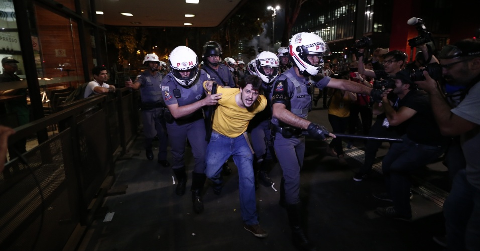 29.ago.2016 - Policiais militares detêm manifestante durante ato contra o impeachment da presidente afastada Dilma Rousseff e contra o interino Michel Temer, na avenida Paulista, região central de São Paulo