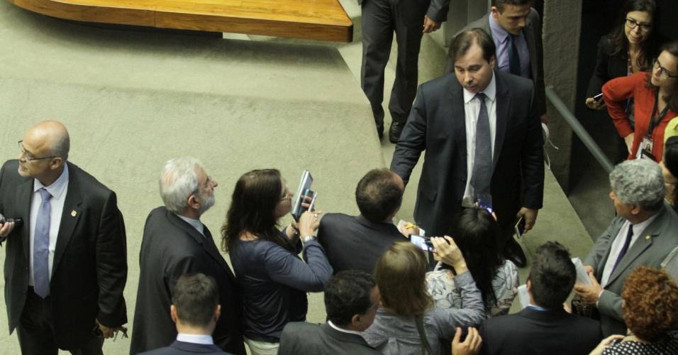 12.set.2016 - Parlamentares reclamam com o presidente da Câmara, Rodrigo Maia (DEM-RJ), após ele suspender por uma hora a sessão destinada a votar o processo de quebra de decoro parlamentar contra o deputado afastado Eduardo Cunha (PMDB-RJ)