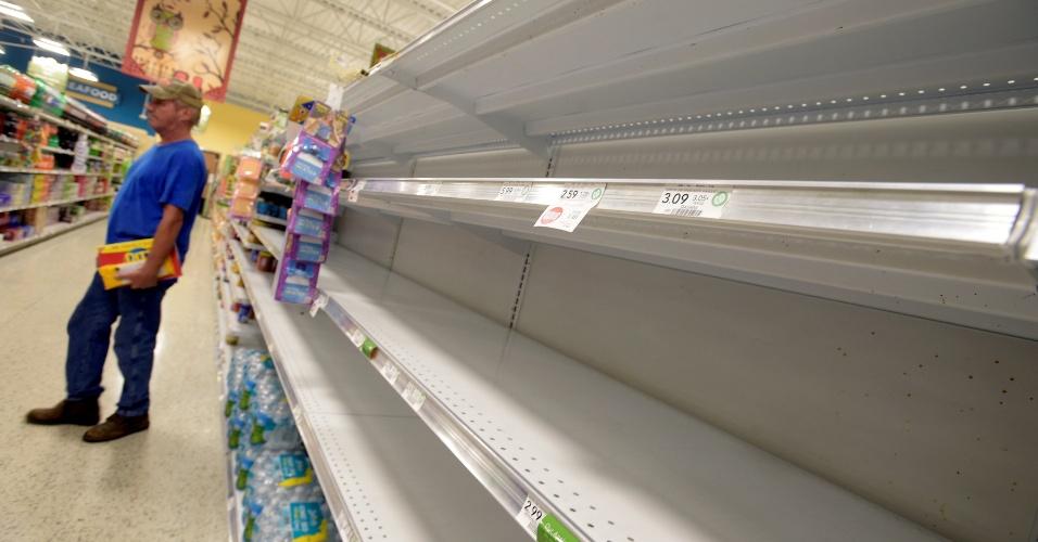 6.out.2016 - Estoques de água em supermercado da cidade de South Daytona, na Flórida, chegam perto do fim por conta da aproximação do furacão Matthew aos EUA, prevista para esta sexta-feira (7)