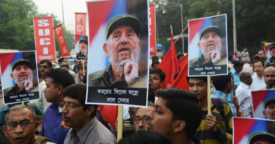 26.nov.2016 - Organizações de esquerda na Índia fazem passeata em Kolkata em homenagem a Fidel Castro, que morreu na noite de sexta-feira (25)