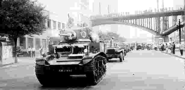 """Tanques do 2º Exército em 1964; segundo relatos históricos, dinheiro de caixa dois abasteceu o golpe militar de 1964 - João Marques - 14.abr.1964/""""Última Hora"""""""
