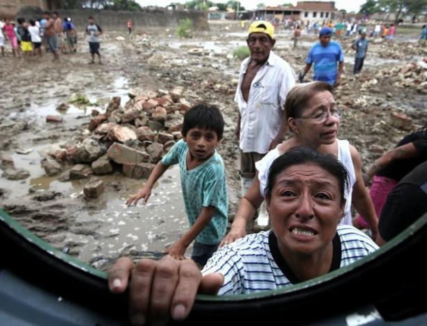 Mulher se aproxima para receber ajuda na região de Piura, ao norte do Peru