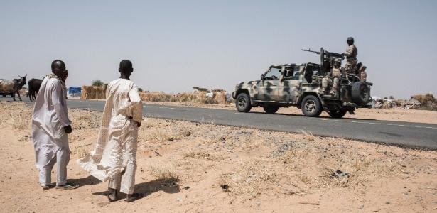 26.out.2016 - Militares patrulham estrada próxima a Diffa, no Níger