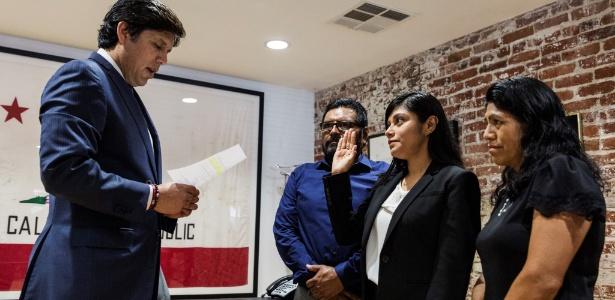 29.jun.2017 - Acompanhada dos pais, Lizbeth Mateo faz seu juramento como advogada
