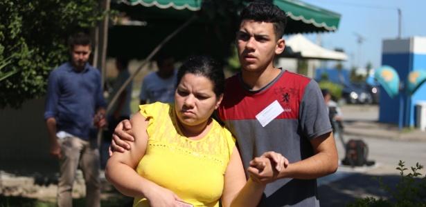"""Amparada pelo filho, a mãe de Renan Miranda desabafou: """"Isso não pode acontecer. Tem que haver justiça, isso tem que acabar"""""""