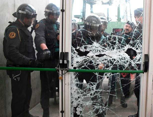 Guadas civis quebram porta de centro desportivo para impedir votação - Lluis Gene/AFP Photo