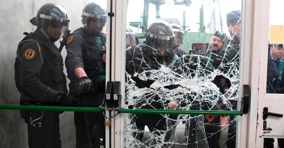 1.out.2017 - Polícia quebra porta de local de votação no município de Sarrià de Ter, onde o presidente catalão votaria na manhã deste domingo