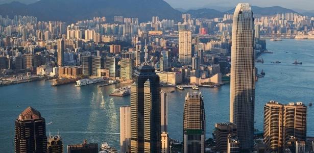 O edifício The Centre (com vidros escuros e antena no topo) é o 5º mais alto de Hong Kong - Anthony Wallace/AFP Photo