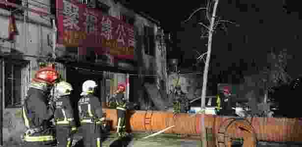 Bombeiros trabalham no rescaldo de incêndio que deixou 19 pessoas mortas na China - Luo Xiaoguang/Xinhua