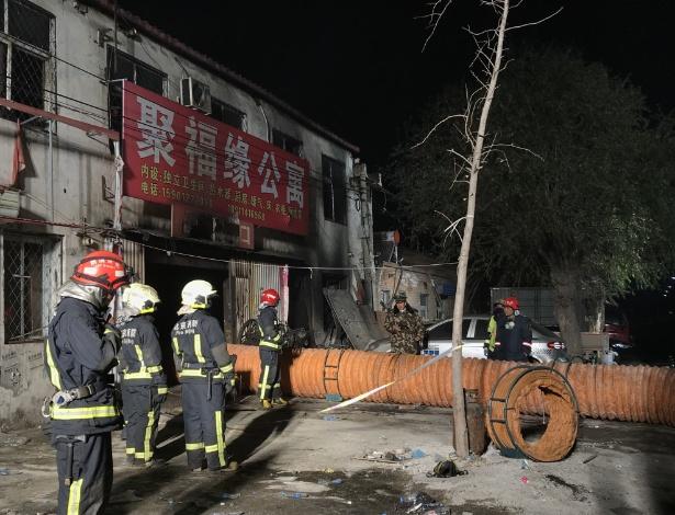 Bombeiros trabalham no rescaldo de incêndio que deixou 19 pessoas mortas na China