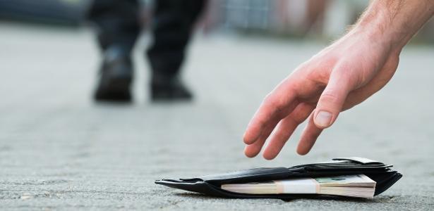 Curitiba | Mulher perde o dedo ao pegar carteira com explosivo no chão