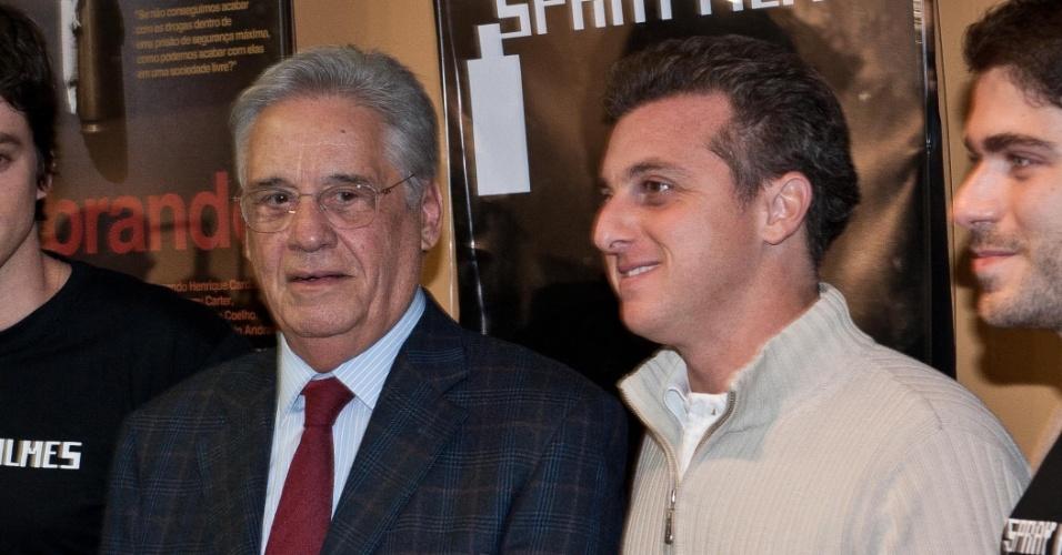 30.mai.2011 - Luciano Huck ao lado de Fernando Henrique Cardoso, durante lançamento do filme Quebrando o Tabu, em que o ex-presidente analisa políticas públicas para as drogas