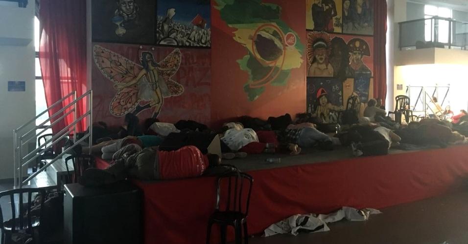 7.abr.2018 - Pessoas dormem no palco, no terceiro andar do prédio do Sindicato dos Metalúrgicos do ABC