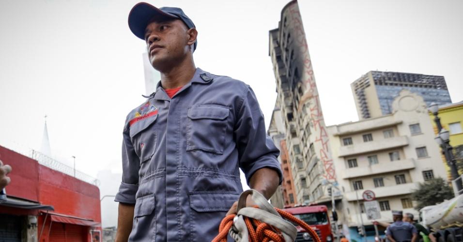 1º.mai.2018 - Sargento Diego Pereira, do Corpo de Bombeiros, mostra equipamento idêntico ao usado na tentativa de resgate da vítima que desapareceu após o desabamento do prédio atingido pelo incêndio na região do Largo do Paissandu, no centro de São Paulo