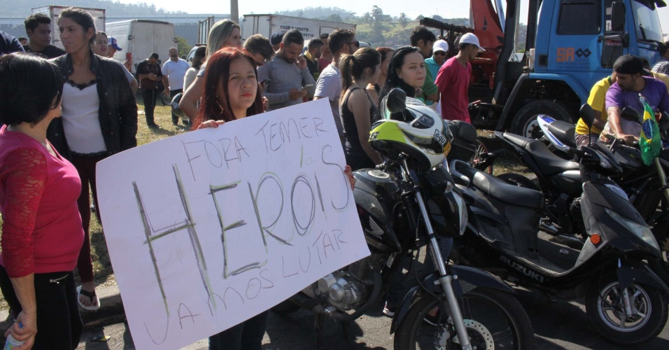 27.mai.2018 - Mulheres manifestam apoio a caminhoneiros em greve que bloqueiam a rodovia Régis Bittencourt, na Grande São Paulo
