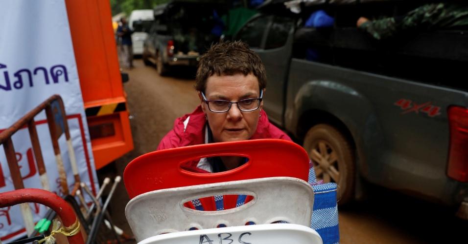 8.jul.2018 - Jornalista da emissora americana ABC empilha cadeiras enquanto se prepara para deixar o local do complexo de cavernas de Tham Luang, depois que o governo da Tailândia instruiu os membros da mídia a se retirarem urgentemente
