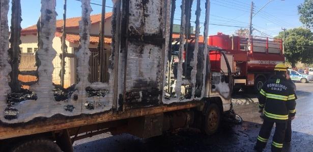 Caminhão que pegou fogo fazia o serviço de coleta seletiva de Nerópolis (GO) - Divulgação/Corpo de Bombeiros