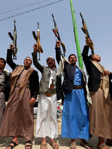 Rebeldes houhis mostram suas armas na cidade de Sanaa - Mohammed Huwais/AFP