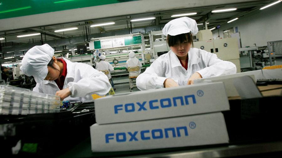 Imagem de arquivo mostra funcionárias em fábrica da Foxconn na cidade chinesa de Longhua - Bobby Yip/Reuters