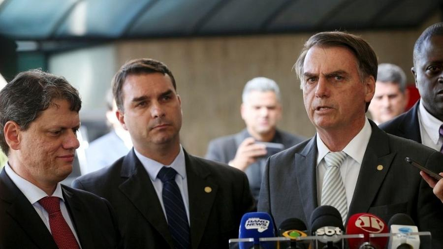 O futuro ministro da Infraestrutura, Tarcisio Gomes de Freitas, o senador eleito Flavio Bolsonaro e o presidente eleito Jair Bolsonaro - Wilson Dias/Agência Brasil