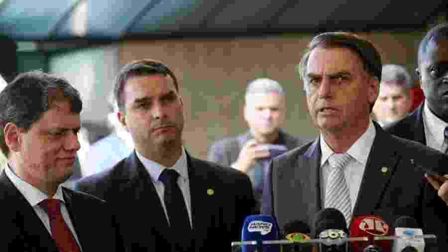 O senador eleito Flavio Bolsonaro e seu pai, o presidente eleito Jair Bolsonaro - Wilson Dias/Agência Brasil - 27.nov.2018