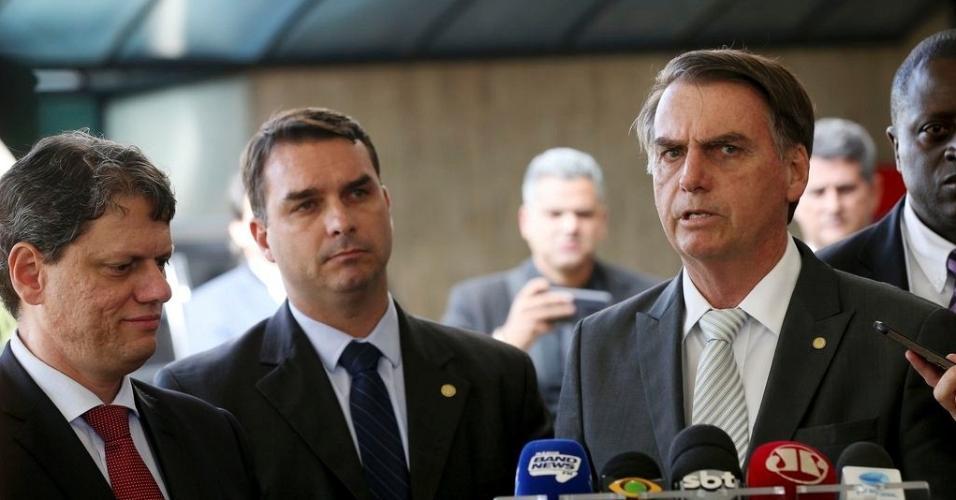 27.nov.2018 - O novo ministro da Infraestrutura Tarcisio Gomes de Freitas, o senador, Flavio Bolsonaro e o presidente eleito, Jair Bolsonaro, durante entrevista à imprensa, no CCBB.