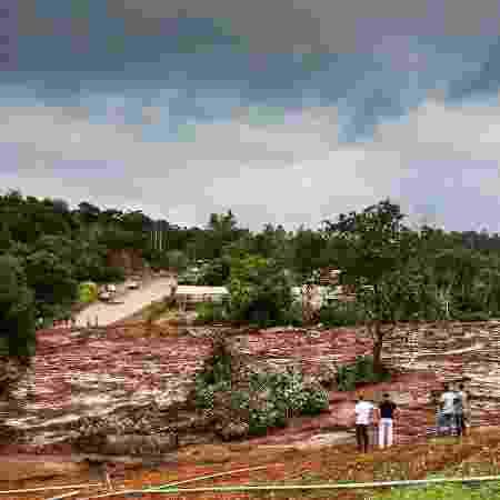 27.jan.2019 - Cidadãos observam dano causado pela lama que atingiu a região de Brumadinho (MG) após o rompimento de uma barragem de rejeitos de minério da Vale - Cadu Rolim/Fotoarena/Estadão Conteúdo
