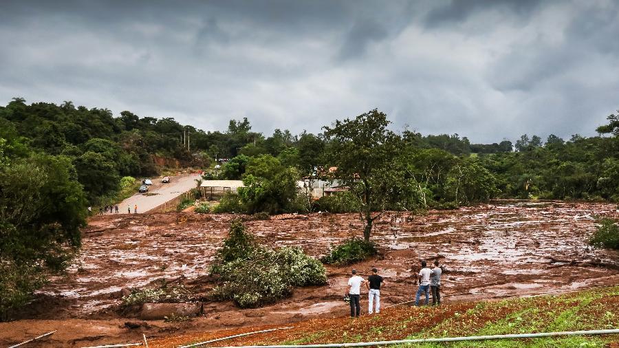 27.jan.2019 - Pessoas observam o dano causado pela lama após rompimento de barragem em Brumadinho (MG) - Cadu Rolim/Fotoarena/Estadão Conteúdo