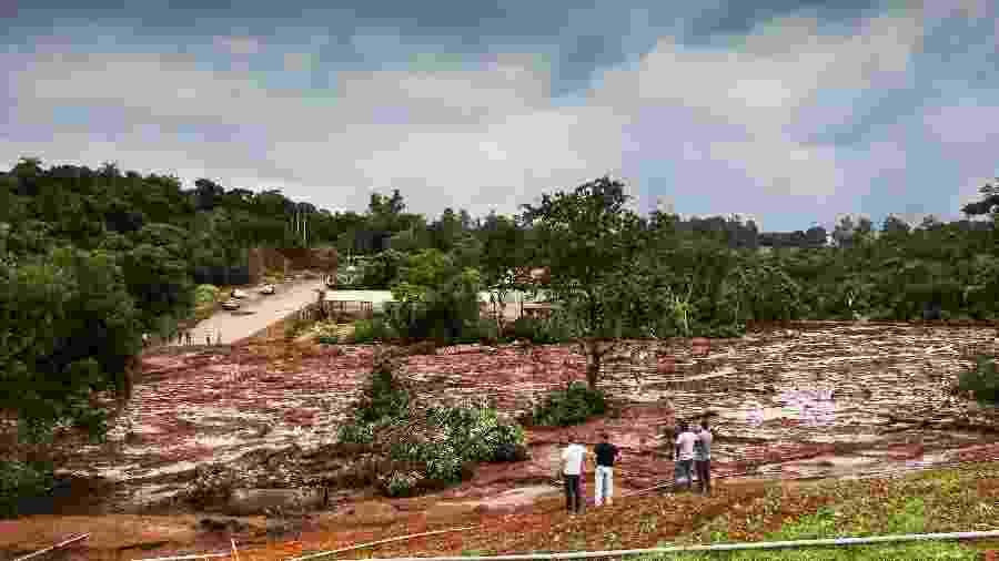 Cidadãos observam dano causado pela lama que atingiu a região de Brumadinho (MG) após o rompimento de uma barragem de rejeitos de minério da Vale, em janeiro - Cadu Rolim/Fotoarena/Estadão Conteúdo