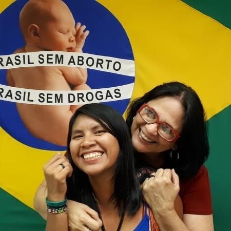 """A ministra Damares Alves e a filha """"adotiva"""", a índia Kajutiti Lulu Kamayurá - Reprodução/Instagram"""
