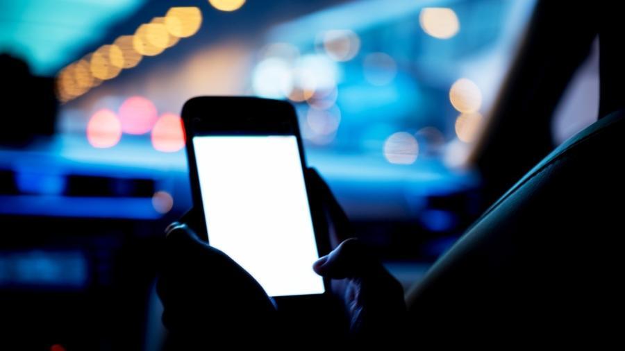 Motorista que usa celular pode levar multa e perder pontos na carteira - iStock