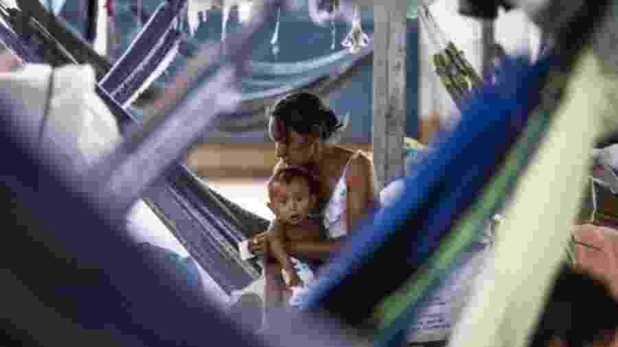 Mulher venezuelana com o filho no abrigo de Pintolândia em Boa Vista, Roraima - Vincent Tremeau/UNHCR/BBC