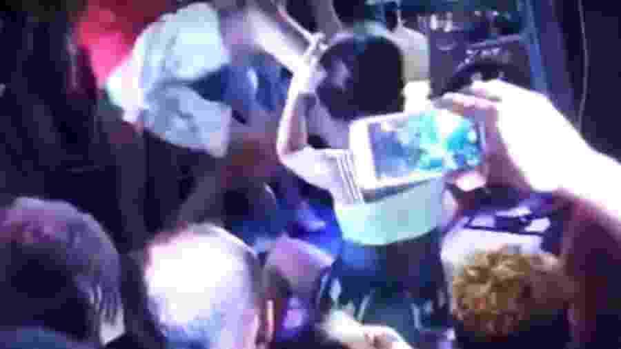 Mulher leva um chute no rosto ao dançar durante show na Bahia - Reprodução/Redes sociais