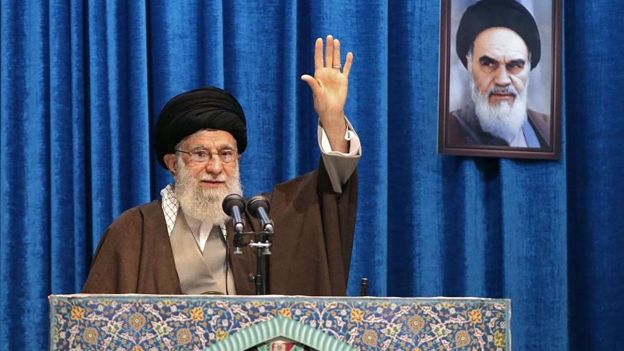 O líder sumpremo do Irã,  Ali Khamenei, em participação nas orações de sexta-feira, em Teerã - AFP