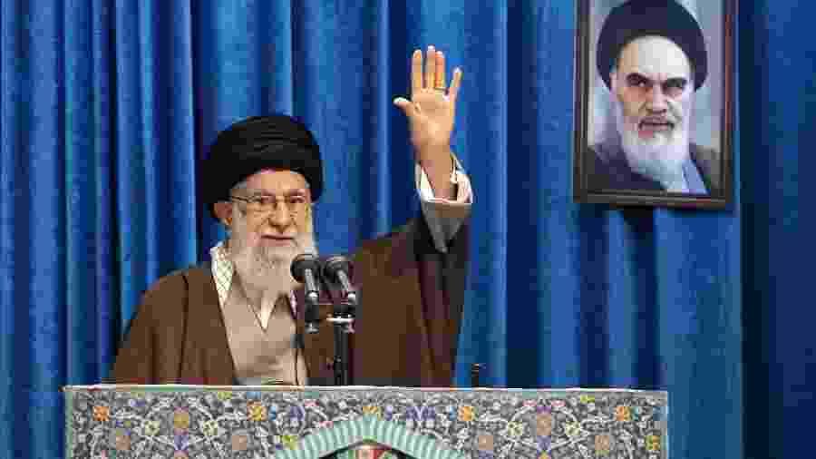 17.jan.2020 - O líder sumpremo do Irã, Ali Khamenei, em rara participação nas orações de sexta-feira, em Teerã - AFP