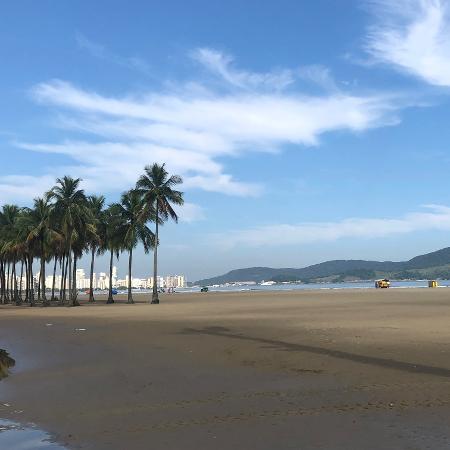 Santos proibiu consumo de bebidas alcoólicas em espaços públicos, como a faixa de areia, após as 20h - Gabriel Oliveira/UOL