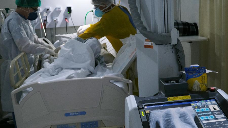 Profissionais de saúde atendem paciente da covid-19 em hospital no Rio de Janeiro - Ricardo Moraes/Reuters