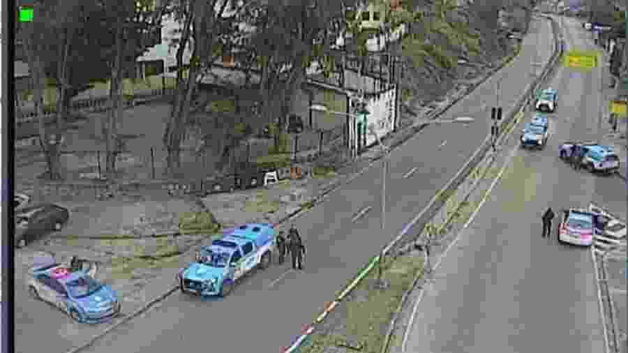 Policiais Militares bloqueiam trecho da autoestrada Grajaú-Jacarepaguá, no Rio de Janeiro - Reprodução/Twitter/PMERJ